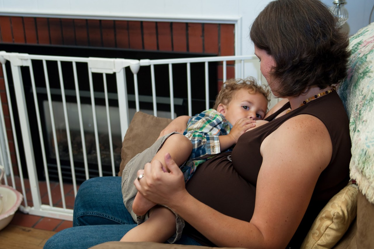 Можно ли кормить грудью во время беременности